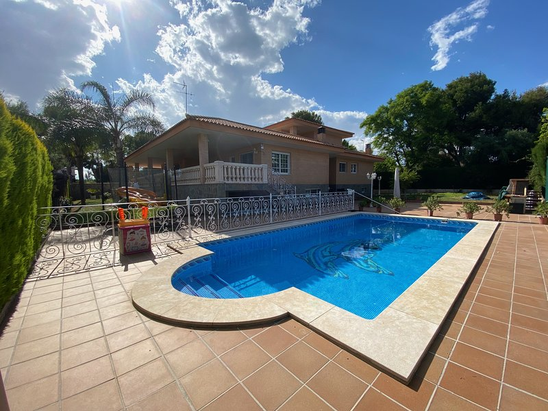 Spacious villa with a large pool and BBQ area, location de vacances à Naquera