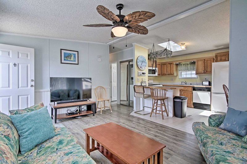 NEW! Stylish White Horse Park Condo w/Shared Pool!, alquiler de vacaciones en Selbyville
