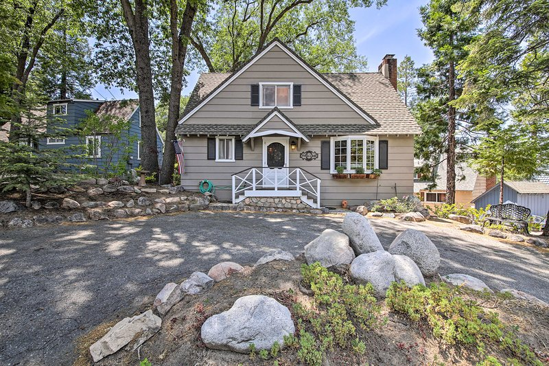NEW! Charming Cabin, 2Mi to Lake Arrowhead Village, holiday rental in Crest Park