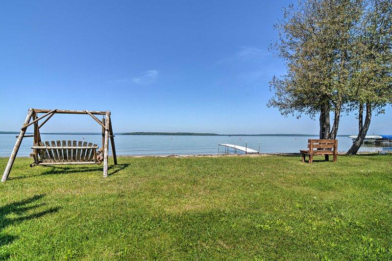 NEW! Dream Retreat on Burt Lake w/Game Room & Dock, alquiler de vacaciones en Topinabee