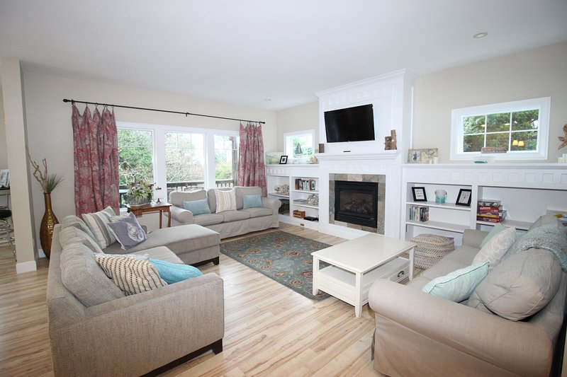 Beautiful Family Home in the Heart of Lincoln City~2 masters~HOTTUB, 70' TV~pets, alquiler de vacaciones en Lincoln City