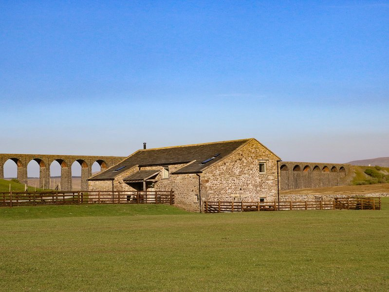 THREE PEAKS BARN, family friendly, luxury holiday cottage, with hot tub in, location de vacances à Yorkshire Dales National Park