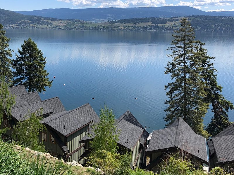 Lakefront Cottage on Okanagan Lake with boat dock, holiday rental in Kelowna