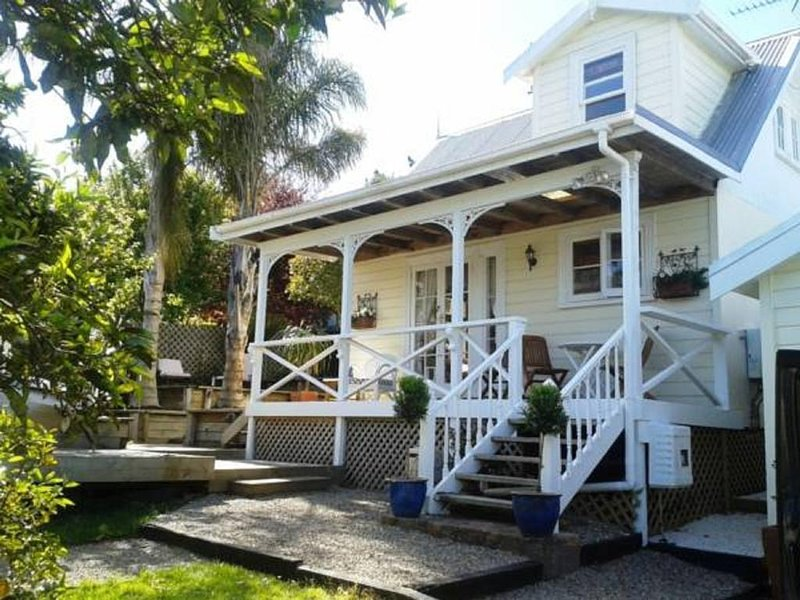 Harbour View Cottage Boutique B&B, holiday rental in Karaka
