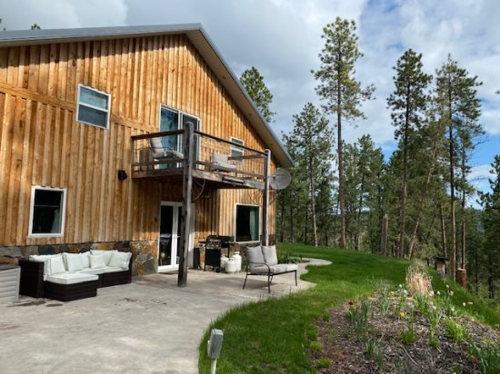 Hilltop Hideout - Private, stunning views and great location!, alquiler de vacaciones en Sturgis