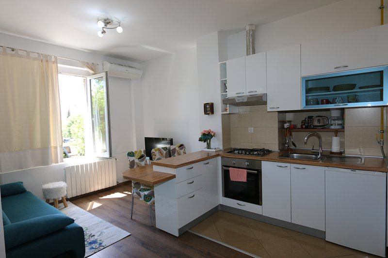 Rijeka city, Sunny apartment close to beach, city and Trsat castle, casa vacanza a Soboli