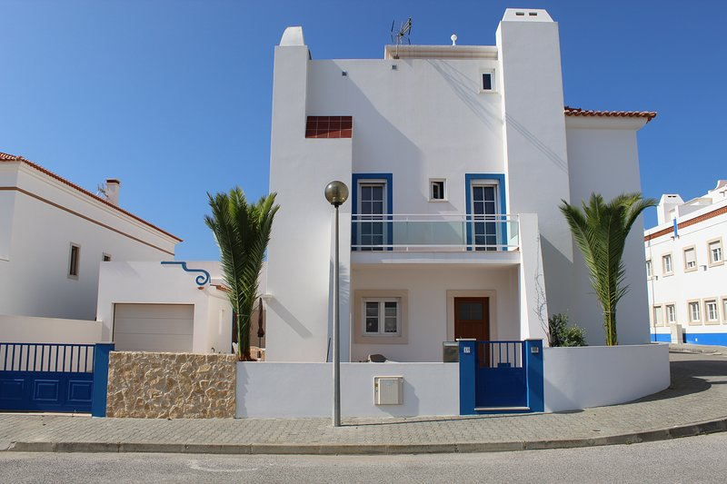 Casa das Palmeiras - Maison individuelle avec terrasse à 150m de la mer, holiday rental in Baleal