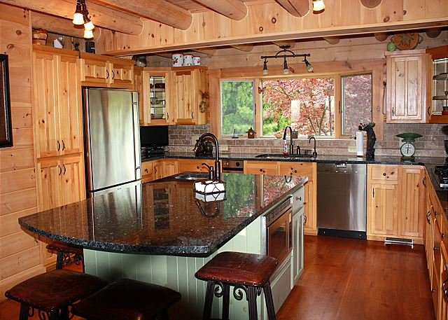 Large Cabin,Views,HotTub,Fireplace,Covered Porch,AirHockey,WiFi, holiday rental in Lenoir