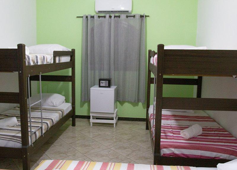 Quarto ate 5 pessoas com banheiro privativo - Hostel Pousada Los Pibes de Flores, vacation rental in Cabo Frio