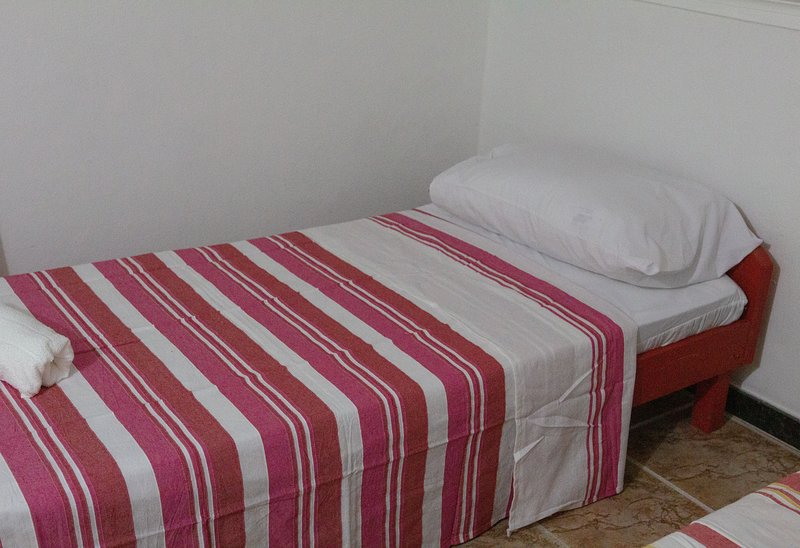 Quarto ate 3 pessoas com banheiro privativo - Hostel Pousada Los Pibes de Flores, vacation rental in Cabo Frio