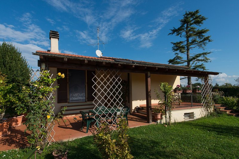 Lovely house with pool,garden,barbecue, relaxing holiday in the heart of Tuscany, Ferienwohnung in Montecchio