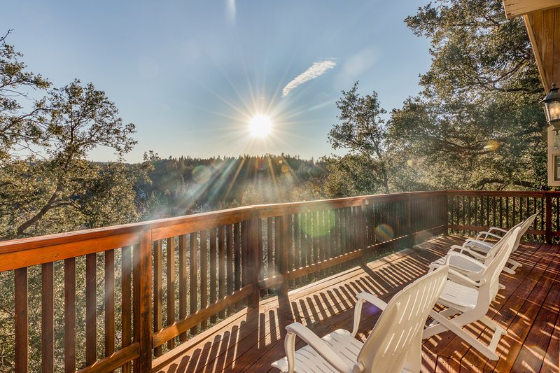 Stunning mountain lodge w/ wraparound deck, fireplace, & forest views!, vacation rental in Lake Arrowhead