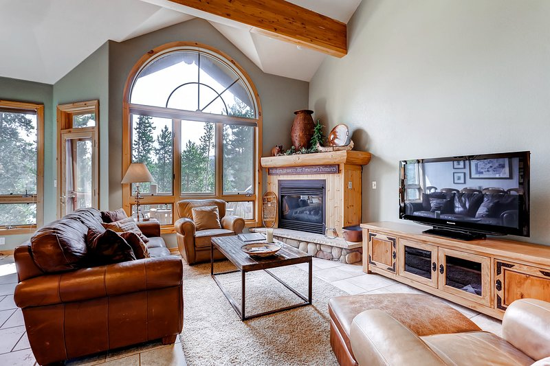 Private Hot Tub, Walk to Town, Mountain Views & skiing all around!, holiday rental in Breckenridge