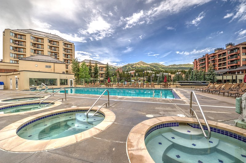 Light-filled corner condo w/shared pool & hot tubs - walk to lifts, Main Street!, holiday rental in Breckenridge