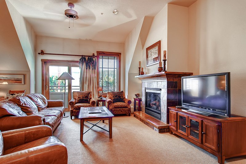 Main Street condo w/ balcony & shared outdoor pool/hot tubs - walk to lifts!, holiday rental in Breckenridge