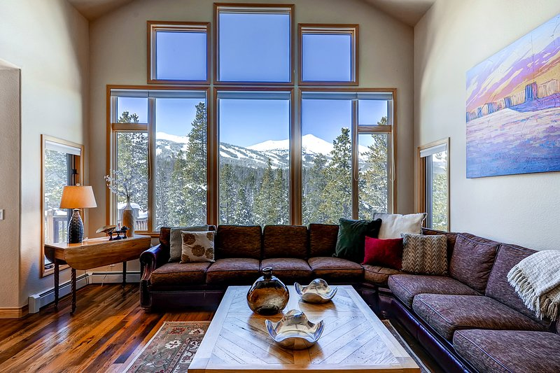 Spacious, family-friendly home w/unbeatable location, private hot tub, & grill, holiday rental in Breckenridge