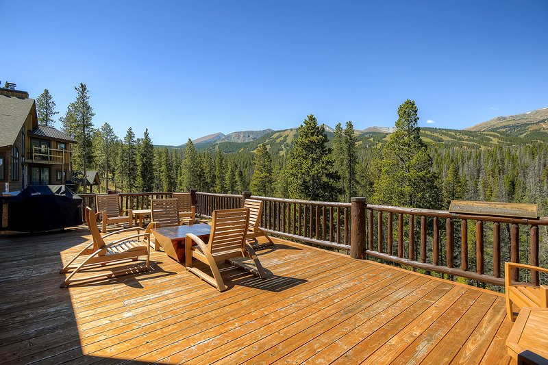 Fantastic & spacious, ski-in/out retreat w/deck, gas grill, & private hot tub, vacation rental in Breckenridge