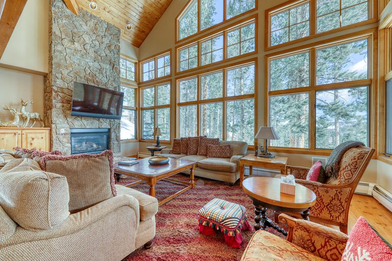 Ski-in/ski-out luxury home w/ private hot tub, and huge private gas grill!, holiday rental in Breckenridge