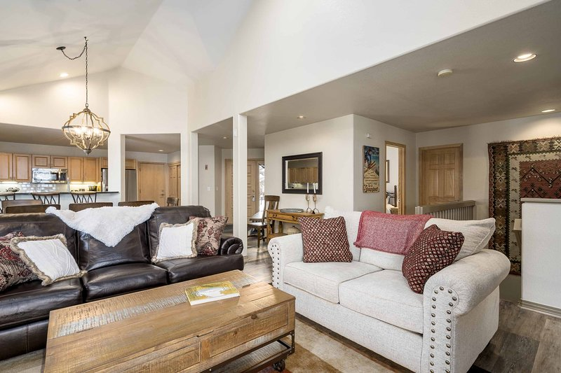 Spacious townhome w/ private ski shuttle & shared hot tub, location de vacances à Steamboat Springs