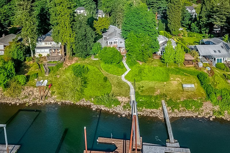 Stunning riverfront home w/ spacious deck, grill, two kitchens, & private dock!, casa vacanza a Gladstone