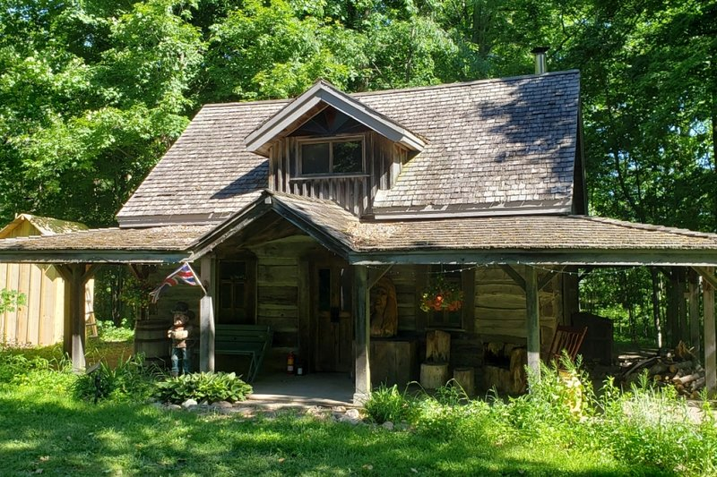 Circa 1850 Settlers Cabin - Located in Tropical Ontario with Private Chef Servi, vacation rental in Centre Wellington