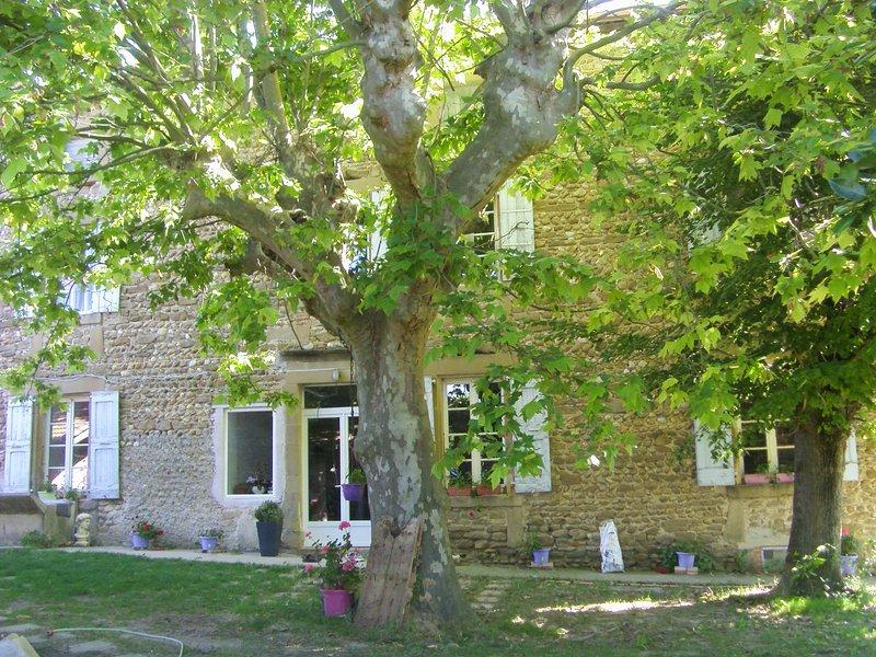 CHAMBRE POUR COUPLE DANS FERME 18èME, holiday rental in Charmes-sur-l'Herbasse