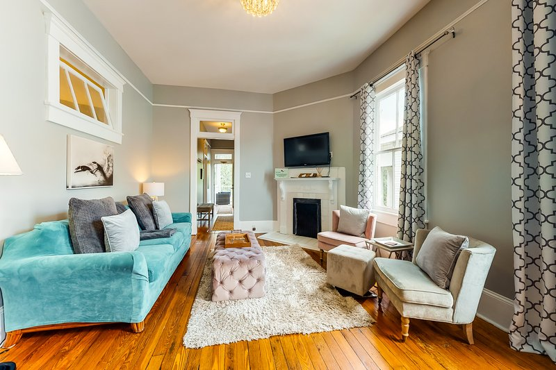 Walk your dog in Forsyth Park from this double-balcony Savannah condo, vacation rental in Savannah