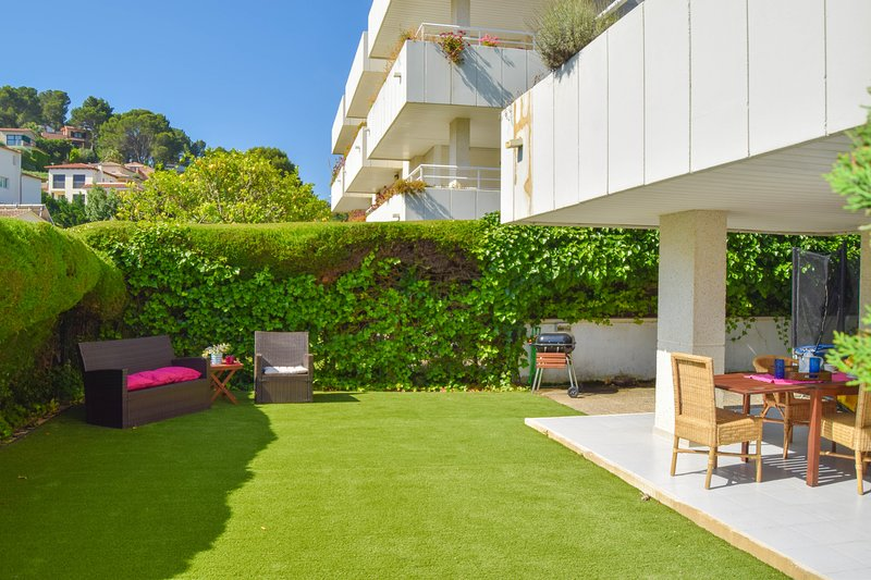 Ground floor apartment with garden and porch. Located 700 meters from the beach., location de vacances à Playa de Pals