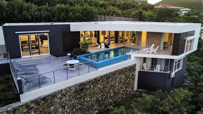 L'AGUA...Fabulous 3 BR contemporary villa with breathtaking views, aluguéis de temporada em Quartier D'Orleans