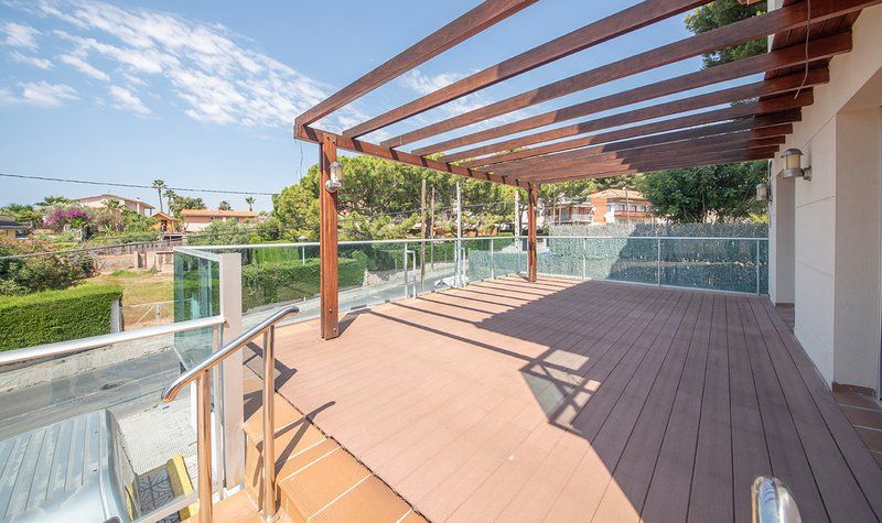 R108 Casa adosada con piscina climatizada privada, aluguéis de temporada em Calafell
