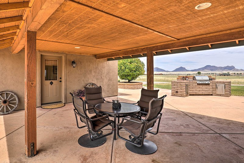 NEW! Southwest Casita w/Mtn View: Walk to Wineries, casa vacanza a Sierra Vista
