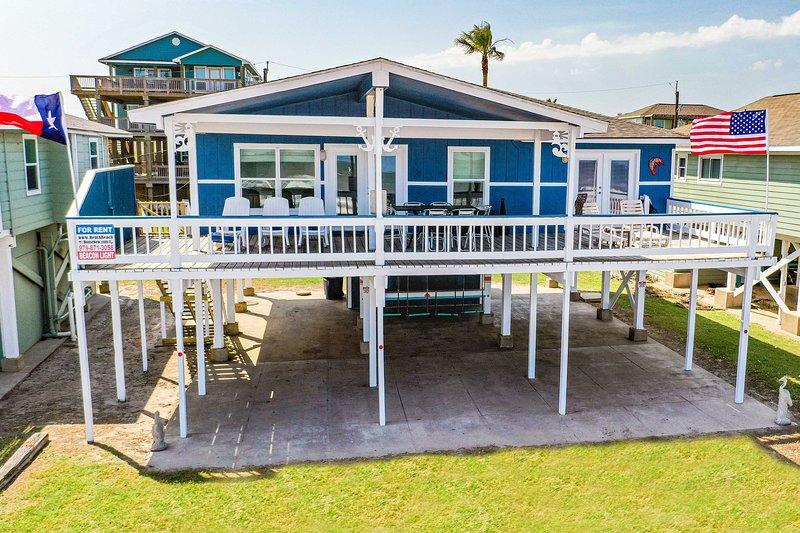 Spacious Surfside House w/Deck on Pedestrian Beach, Ferienwohnung in Surfside Beach