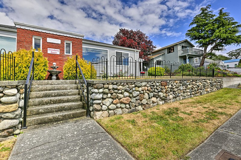 NEW! 'Strawberry Reach,' 5-Minute Walk to Harbor!, vacation rental in Oak Harbor