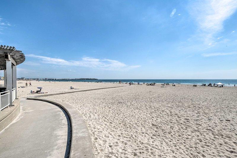 NEW! Hampton Apartment w/ Deck - Walk to Beaches!, casa vacanza a Seabrook
