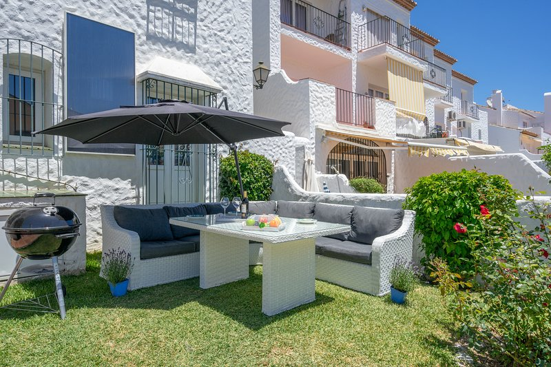 Lovely 2 Bed/Bath Garden Apartment with BBQ and easy golf access., vacation rental in Benamara