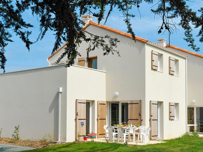 Les Grands Rochers (OSM204), vacation rental in Brem Sur Mer