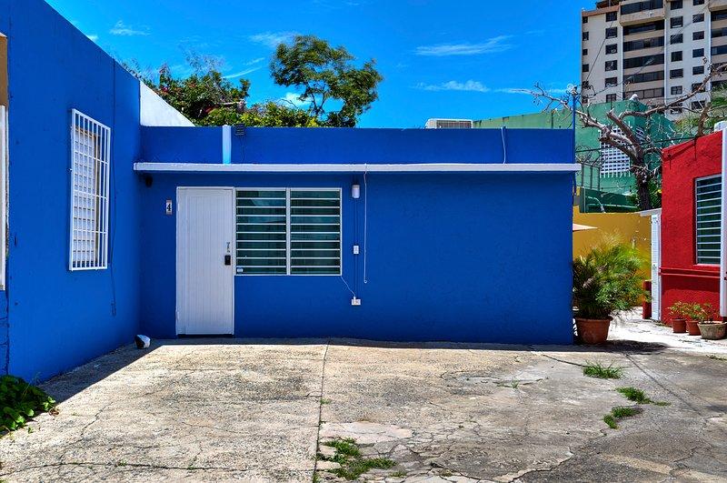 Perla Roja Cottage #4 - 2BD / 2BA - AC, Parking, Laundry, 5min walk to BEACH!, casa vacanza a Santurce