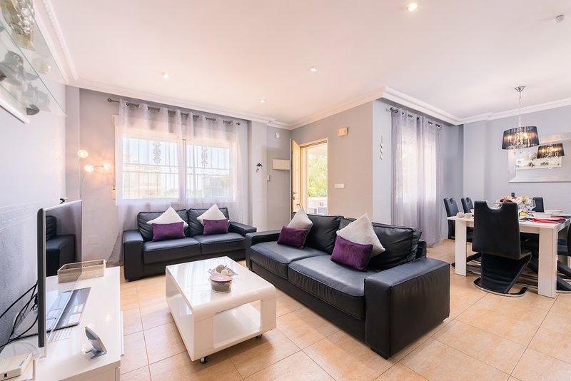 4 Bed Villa free WIFI & Sky UKTV package Roof top dining, holiday rental in Punta Prima