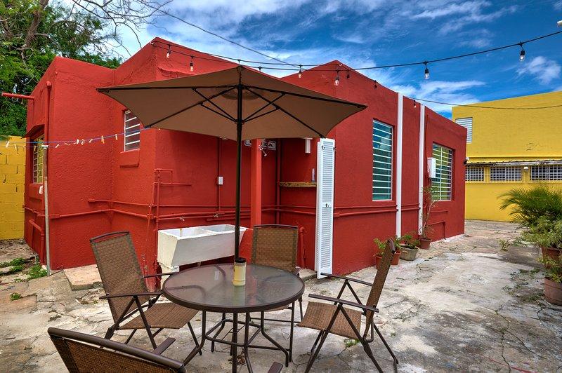 Perla Roja Cottage #5 - 2BD / 1BA - AC, Parking, Laundry, 5min walk to BEACH!, casa vacanza a Santurce