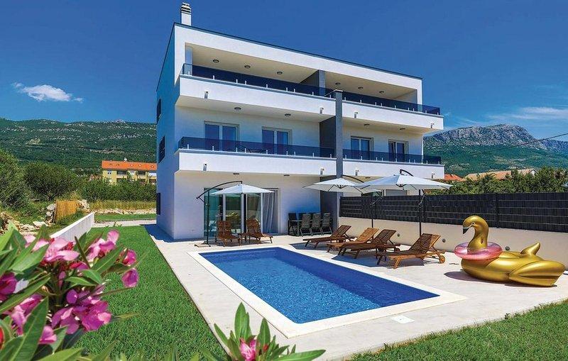 Kastel Luksic Holiday Home Sleeps 12 with Pool and Air Con - 5841002, vacation rental in Kastela