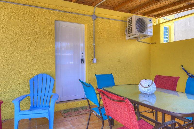 Perla Roja Apt #3 - LARGE 2BD / 1BA - AC, Parking, Laundry, 5min walk to BEACH!, casa vacanza a Santurce