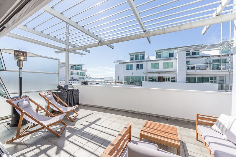 Elegant 2BR Apartment at Princes Wharf with Partial Waterview – semesterbostad i Auckland