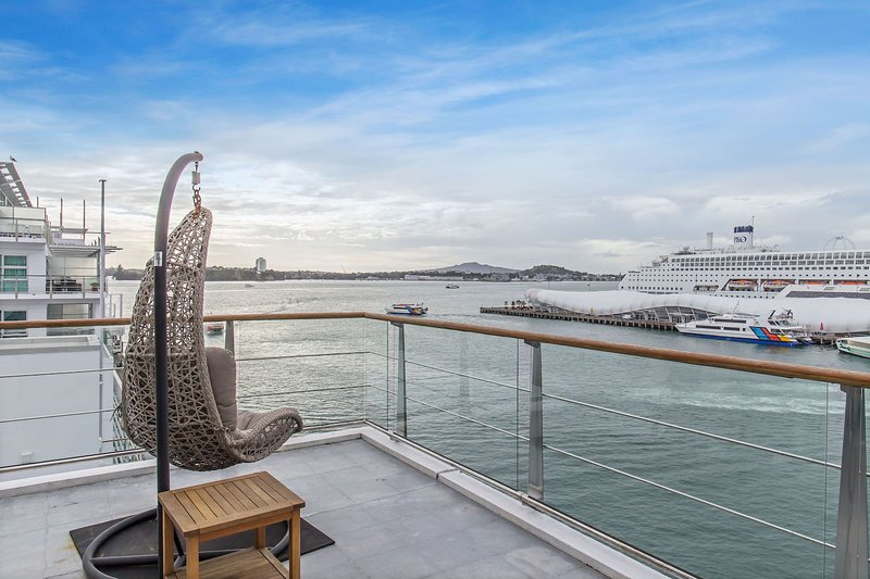 1BR Sub-Penthouse with Panoramic Ocean and City Views – semesterbostad i Auckland