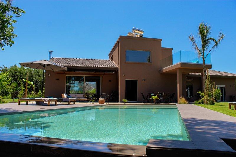 Brand new villa Fuerte, luxury,privacy, heated pool, family friendly, alquiler vacacional en Zourva