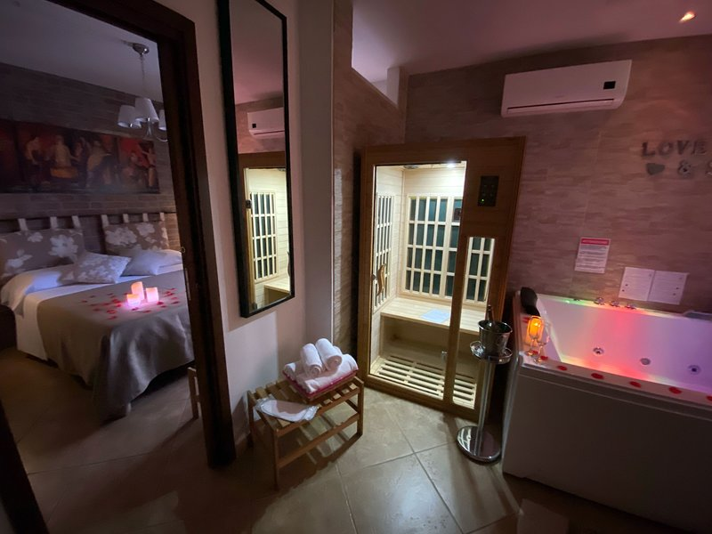 Suite with jacuzzi, sauna, 2 bedrooms near Pompeii Ruins, Sorrento, Naples!, holiday rental in Poggiomarino