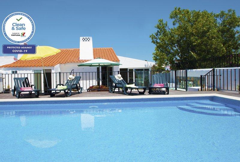 SENSATIONAL VILLA, WI-FI, AIR CON, PRIVATE POOL, JUST 400M TO THE BEACH!!, vacation rental in Areias de Sao Joao