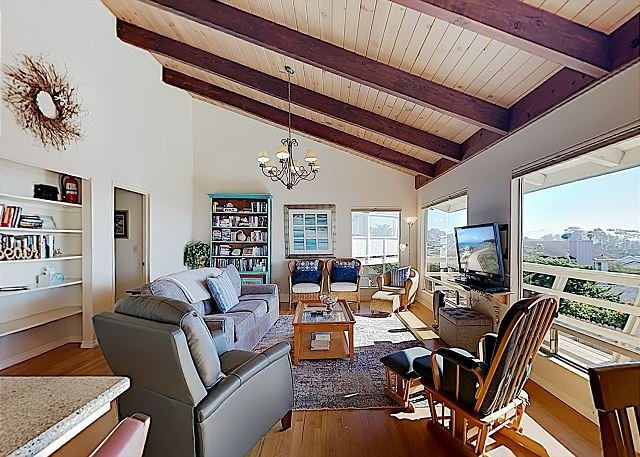 Updated Hilltop Home w/ Ocean View, Deck & Ping Pong Table - Near Embarcadero, location de vacances à Morro Bay