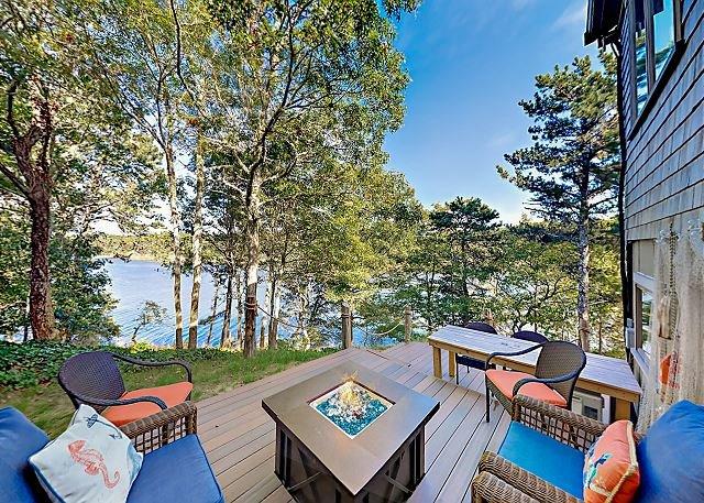 Idyllic Waterfront with Gorgeous Views, Kayaks & Firepit, aluguéis de temporada em Waquoit