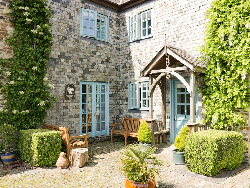 SQUIRRELS DRAY, barn conversion, en-suites, off road parking, shared courtyard, holiday rental in Grampound