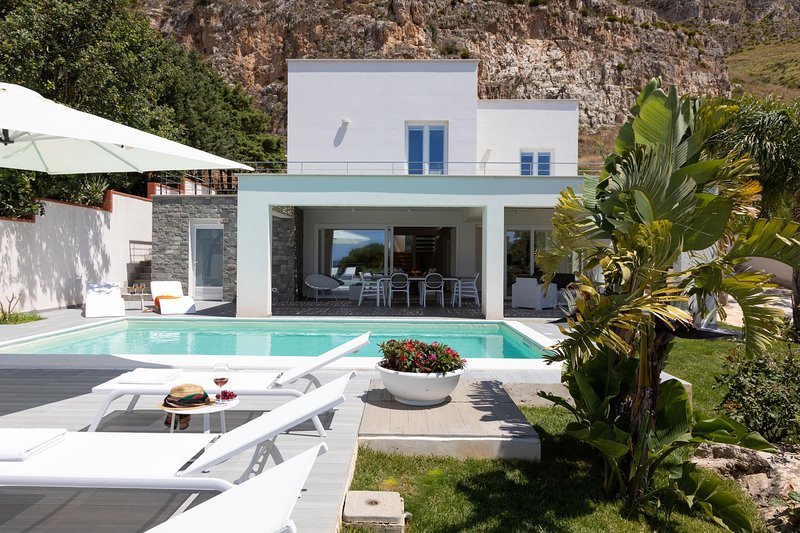Modern Holiday Villa Luna di Mare, Trapani, vacation rental in Erice